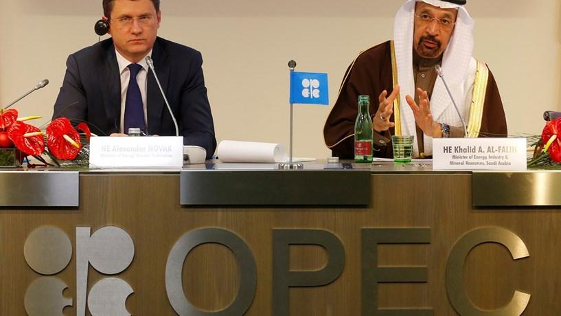 OPEP e Rússia contra-atacam após queda de 14% do petróleo