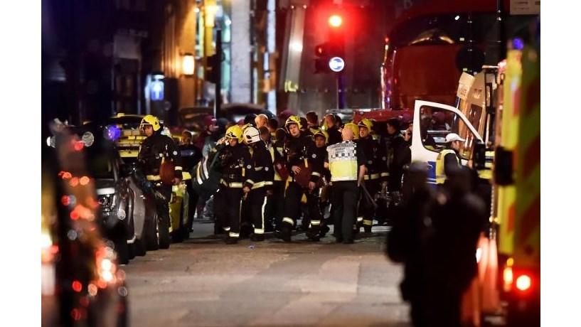 Polícia britânica faz novas buscas e várias detenções