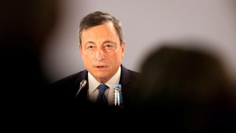 Draghi revê crescimento em alta, mas sem pressa para retirar estímulos