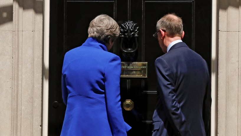 A primeira-ministra britânica, Theresa May, e o seu marido, Philip May, à porta do n.º 10 de Downing Street.