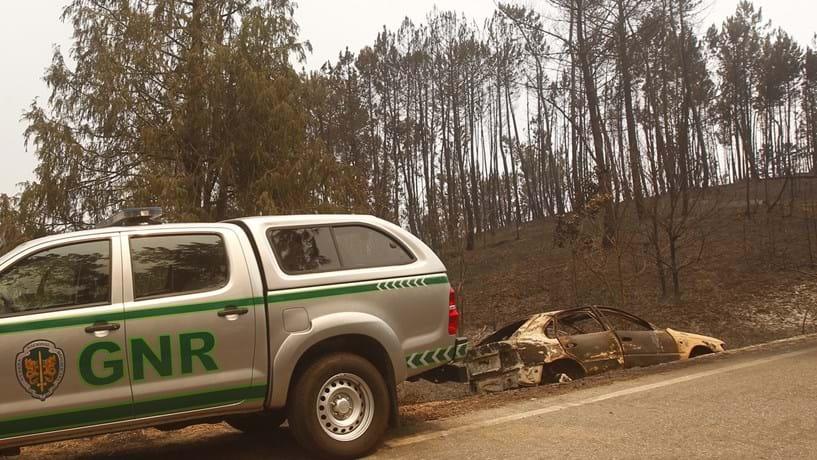 """Três aldeias evacuadas num """"combate sem tréguas"""" ao fogo"""