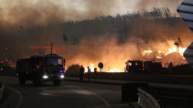 Salvou a família numa carrinha em fuga por entre as chamas
