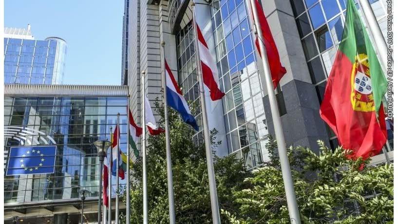 Bandeira de Portugal a meia-haste no edifício do Parlamento Europeu