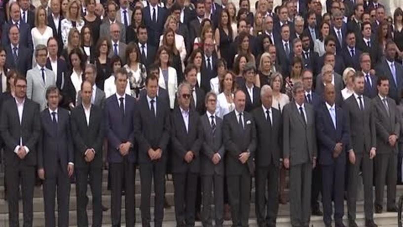 Primeiro-ministro e parlamento cumprem minuto de silêncio