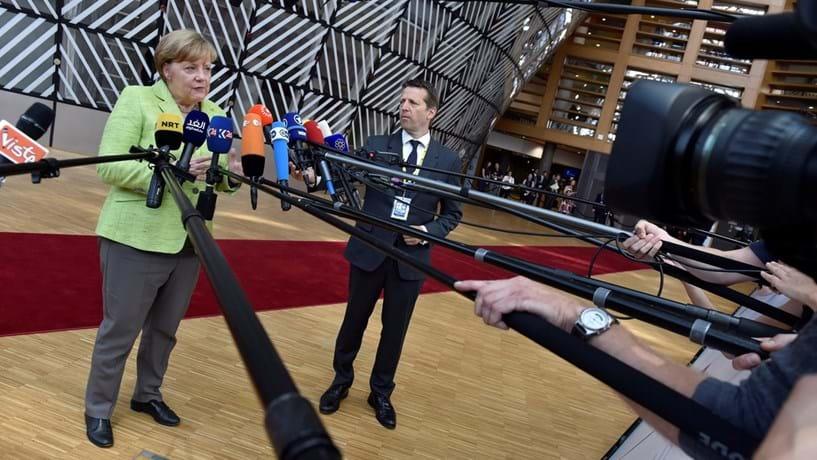 Merkel nega acordo sobre localização de agências europeias. Decisão só em Novembro