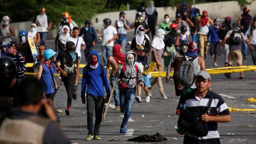 População bloqueia ruas de várias cidades venezuelanas