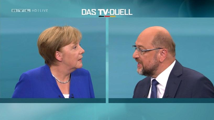 Angela Merkel quer manter conversações com SPD para formar coligação