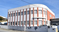 Patrão fecha terceira fábrica de calçado em nove anos sem avisar trabalhadores
