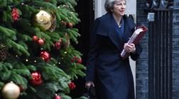 Theresa May vai reagendar votação sobre o Brexit para meados de Janeiro