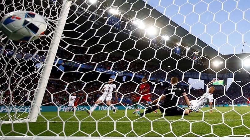 1678ed4ea2 A fabricante alemã de artigos desportivos patrocina o Manchester United e o  Ajax