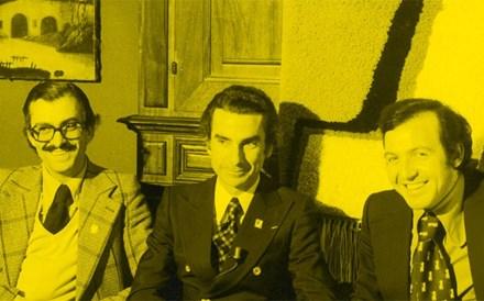 Fotografia de 1974, em que numa mesa e em pose formal, aparecem, da esquerda para a direita, Jorge Terroso, Francisco Sá Carneiro e Ramiro Moreira, quando era dirigente e segurança do PPD no Porto.