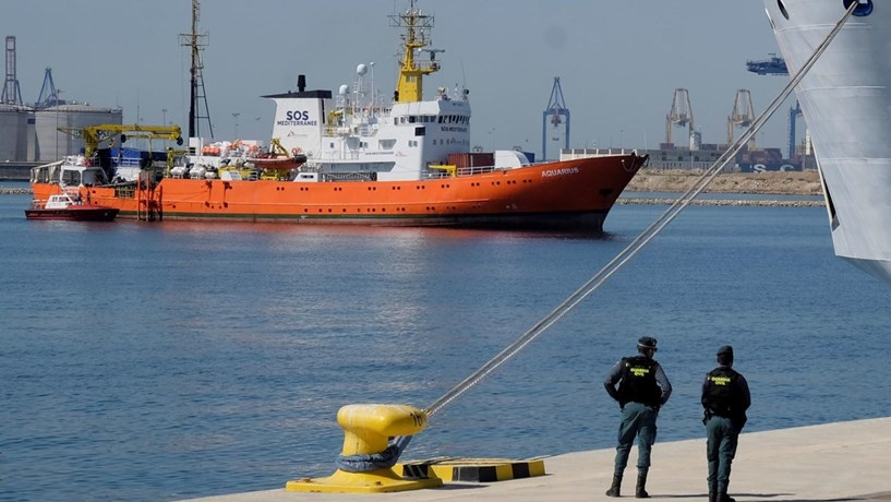 Portugal anuncia acordo para acolher 10 migrantes do navio Aquarius