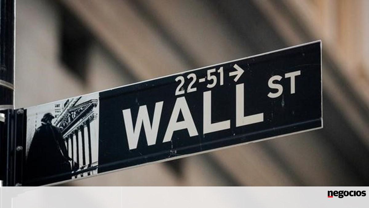 Wall Street recupera mas tropeça e volta a cair - Jornal de Negócios