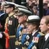 Rainha quebra tradição e protocolo no funeral do príncipe Philip pelo neto